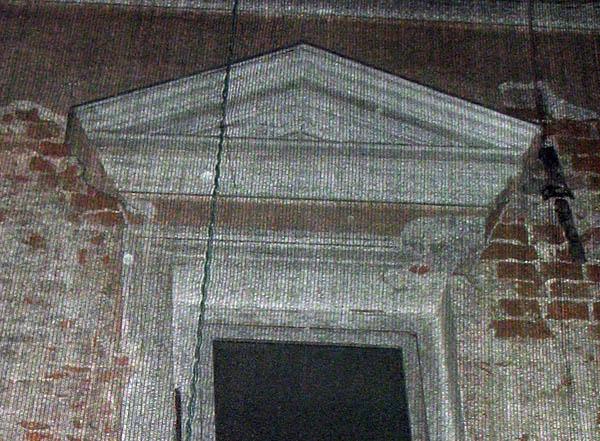Кладка 17 века, левее фронтона виден поребрик