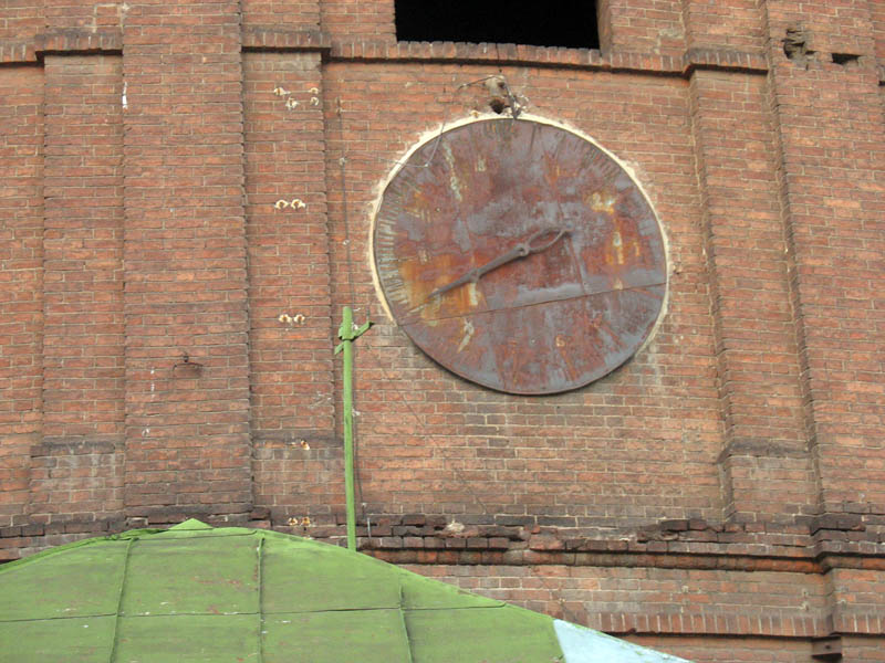 Антикварные часы на стене газгольдера. фото А.Можаева
