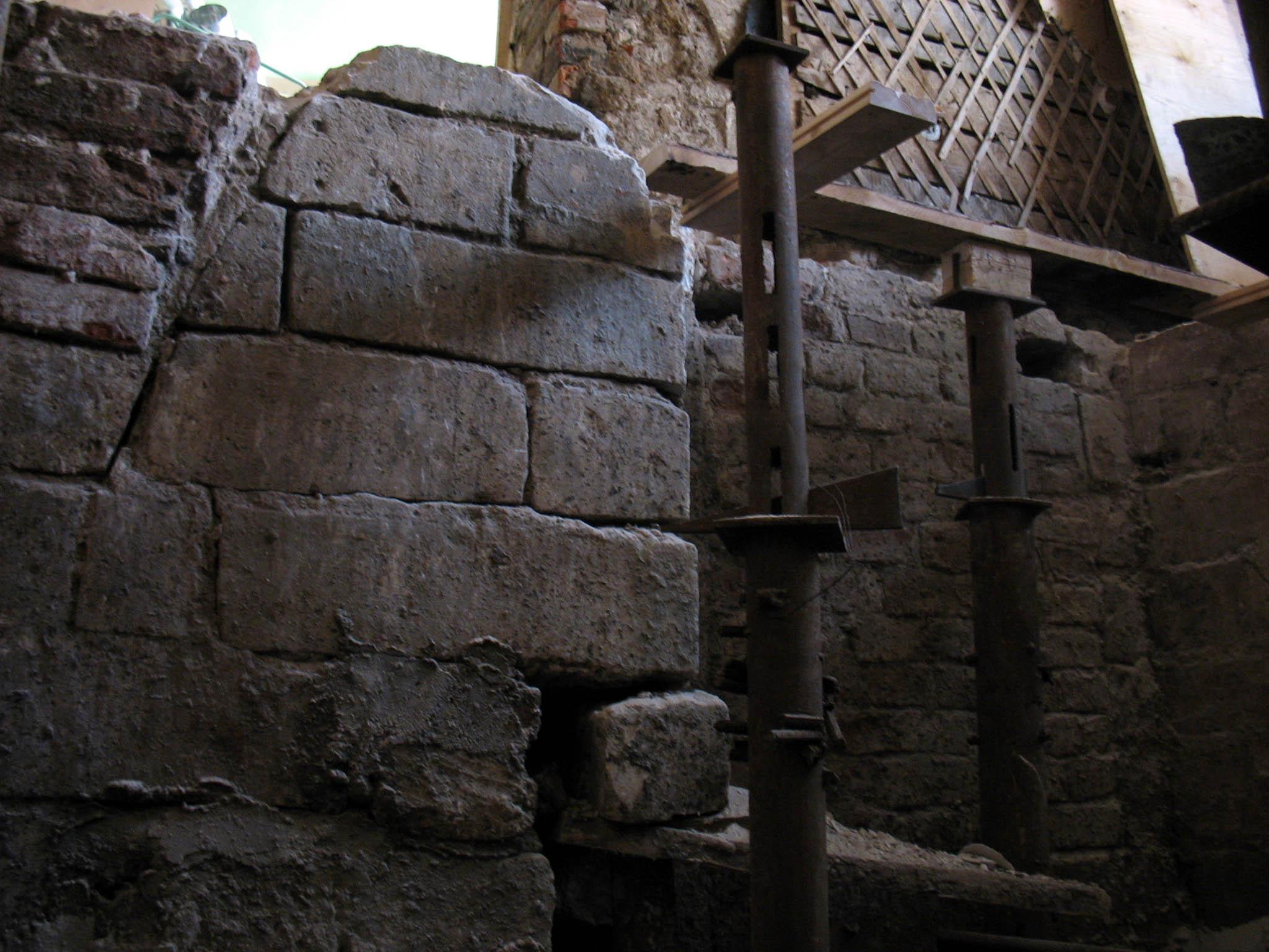 Дверной проём в северной стене подвала
