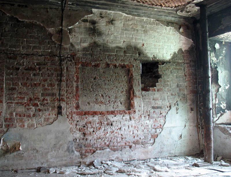 Киот и заложенные окна в главном зале