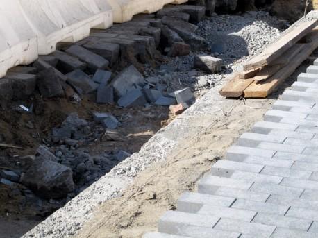 Старый и новый камень на Баррикадной, 8 сентября, 2012, фото Н.Самовер