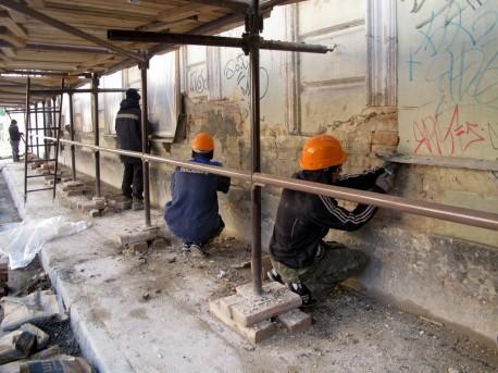 работы на фасаде дома Высоцкого