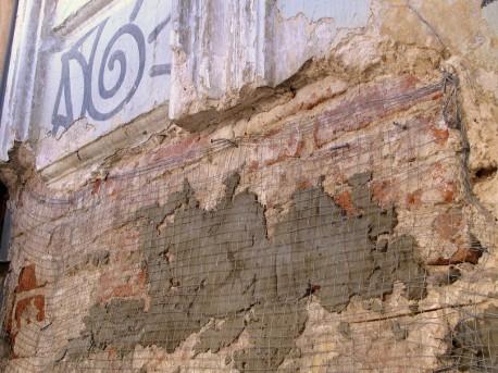 Цементные заплатки и сетка на фасаде дома Высоцкого