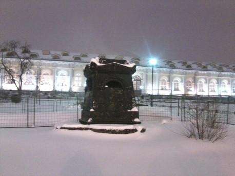 Александровский сад, срубленный тополь