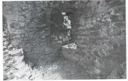 7. Кутафья-башня. Южные ворота. Справа в углу — фрагмент арки ворот. В центре в белокаменном блоке—следы от нижней части шарнира подъемного рычага. Слева — остатки кладки свода XVI в.