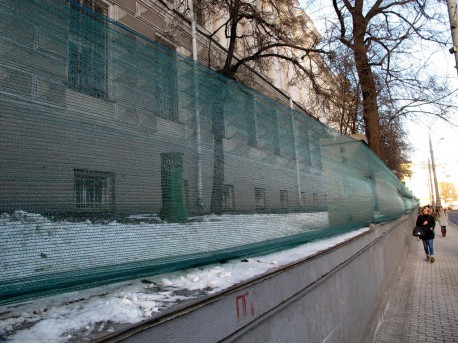 Место ограды Научной библиотеки МГУ на Моховой