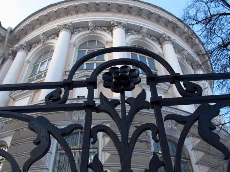 Ограда Научной библиотеки МГУ после ремонта