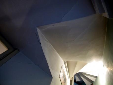 Дом Мельникова, лестница, трещины