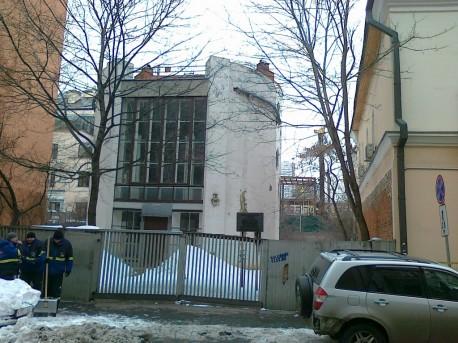 Дом Мельникова на фоне стройки