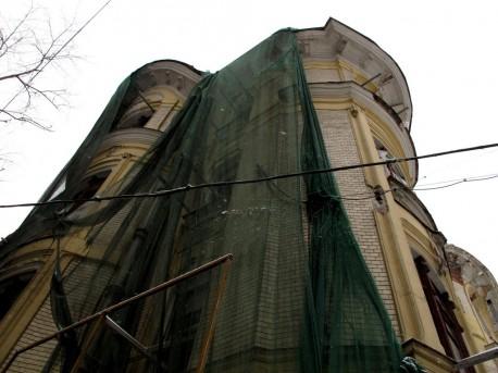 дом Быкова под сеткой