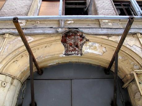 дом Быкова, сбитая маска льва