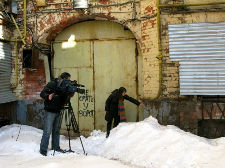 журналисты во дворе дома Быкова
