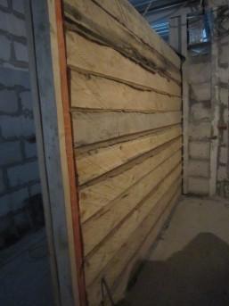доски на бетоне