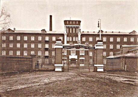 Дореволюционное фото главного корпуса с башней Д.П.Сухова (в центральной части за воротами видно здание конторы)