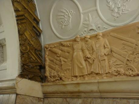 Станция «Новокузнецкая», покраска гипсового рельефа