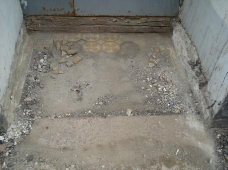 Остатки мозаичного панно перед входом в центральный подъезд дома № 18 на Мясницкой