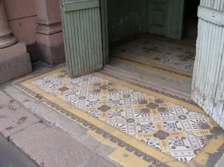 Панно из плитки перед подъездом. Санкт-Петербург, Большой пр. П.С., д. 18/а. Так же когда-то выглядела мозаика и перед домом № 18 на Мясницкой