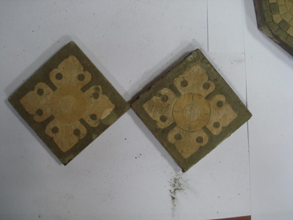Фрагменты мозаичного панно, находившегося перед центральным подъездом дома № 18 на Мясницкой