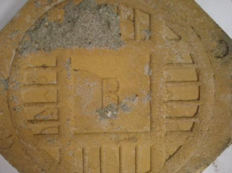 Фрагмент мозаичного панно. Клеймо с обратной стороны восьмигранной плитки