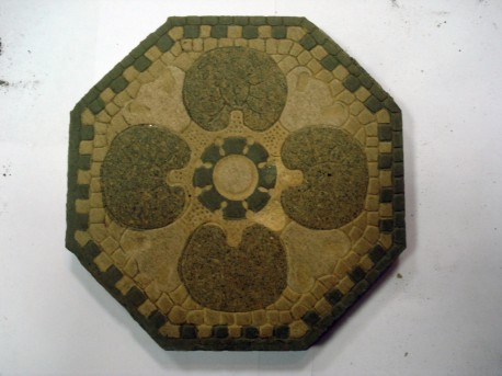 Восьмигранный элемент мозаичного панно, находившегося перед центральным подъездом