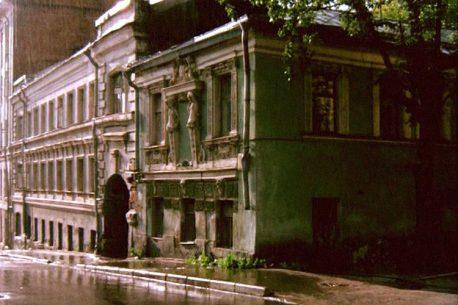 dom-s-kariatidami-v-pechatnikovom-pereulke-kadr-iz-filma-zheleznyiy-zanaves-rezhisser-savva-kulish-1994-1996-gg