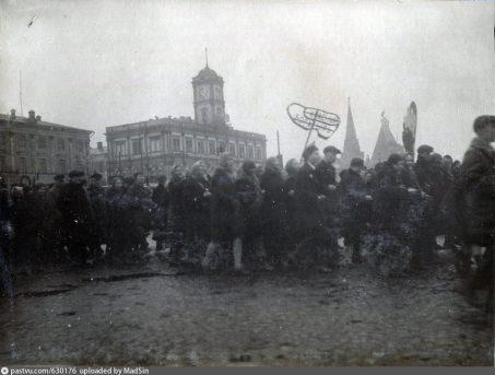 rabochie-zavoda-na-demonstratsii