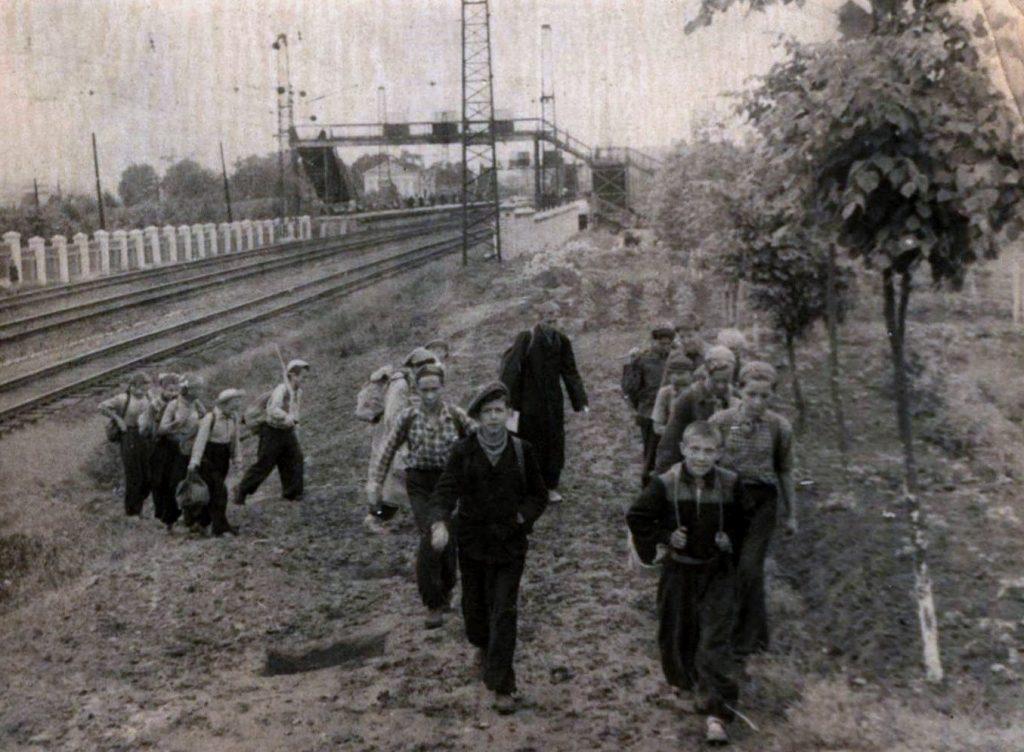 У платформы Рабочий Посёлок, 1959 год. На заднем плане - вокзал