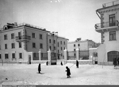 Ср. Первомайская, 17-19, 1949, сохранился только правый дом