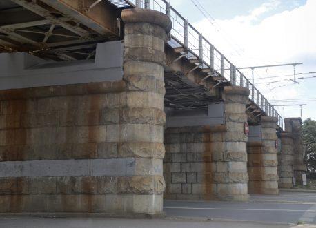 Вид на Каланчевский путепровод. Опоры железнодорожного моста со стороны площади. Фотография С. Колузакова, 2019