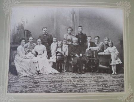 Большой семейный портрет. 1907 либо 1911 г.