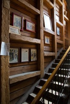 Подлинные балки из лиственницы вдоль лестничного проема, 2012 г.