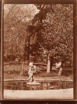 А.Т. Матвеев. Сидящий мальчик, скульптура возле дома В.С. Сергеева