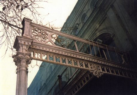 Фрагмент чугунного литья опоясывающих галерей. Уничтожен в 1990-х. Фото из архива С. Г. Коротаева