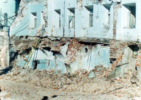 На фото сноса видны фрагменты сводов палат, находившихся в подвалах Тёплых рядов