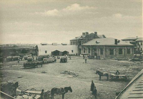Бондарная и мойка бочек. Вид с территории завода (1895-1900)