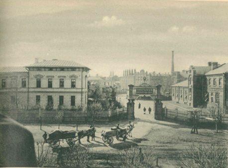 Бондарная (справа). Вид вместе с воротами и главной конторой (1895-1900)