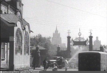 Весовая (слева). Вид с территории завода (1960-е)