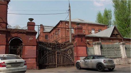 Восточный фасад. Вид из-за ворот