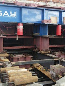 Металлическая платформа, на которой стоит подготовленная к передвижке башня. Красные цилиндры – мощные домкраты
