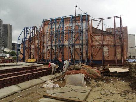 Противоположный фасад укреплен и уже разделен на части