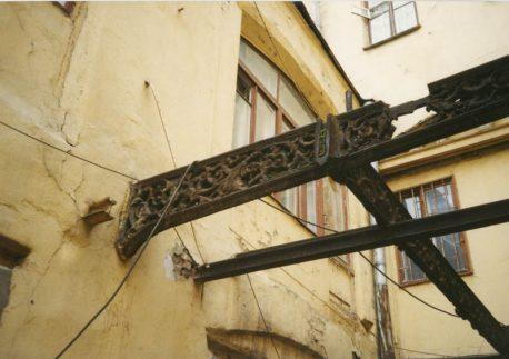 остатки чугунных галерей во дворе Шевалдышевского подворья, фото С. Коротаевой