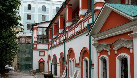 Богоявленский монастырь, вид от собора на Никольский пассаж в Ветошном переулке