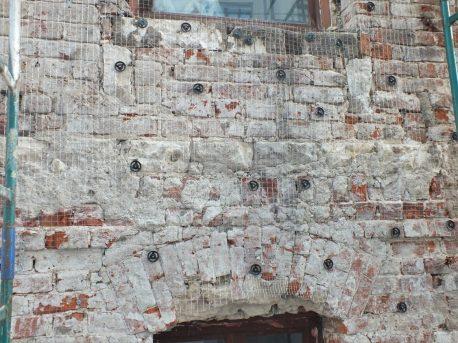 Центр фасада, остаток подоконного оформления