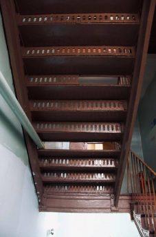 Чугунная лестница в доме №10 по 2-й Прядильной улице. Фото автора