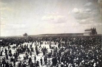 Народные гуляния на Ходынском поле во время празднования коронации Николая II и Александры Федоровны. 18 мая 1896 г. Фото с сайта «Паствью»